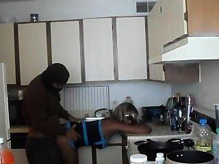 الساخنة فتاة سوداء مارس الجنس في المطبخ