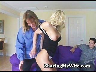 زوجة الساخنة تقدم للمشاركة بوسها
