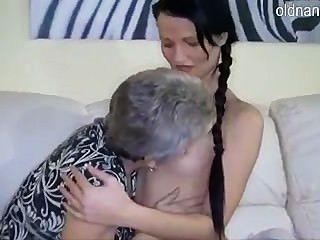 الجدة وفتاة