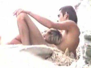 الجنس على الشاطئ بينما يشاهد زوج
