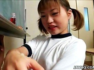 itsuki اكانا يعطي HANDJOB لطيفة