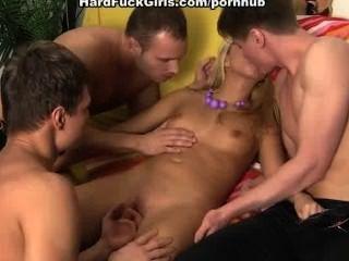 فتاة تحصل مارس الجنس من الصعب من قبل 3 رجال