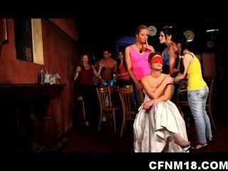 الفتيات في حزب الدجاجة التشيكية تخرج عن نطاق السيطرة مع المتعريات CFNM