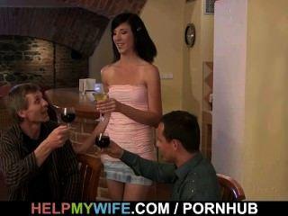 رجل يبلغ من العمر ساعات زوجته مارس الجنس