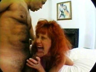أمي الحوامل مع ضخمة الثدي في الثلاثي