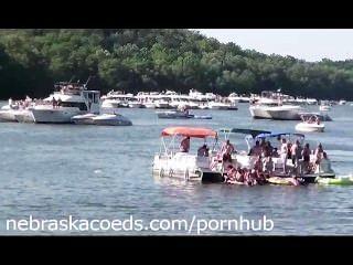 حزب البحيرة مع عدم وجود حدود عارية كلية البنات في اجازة