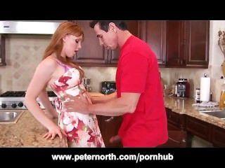 صغيرتي في سن المراهقة أحمر الشعر مارس الجنس في المطبخ من قبل بيتر الشمالية