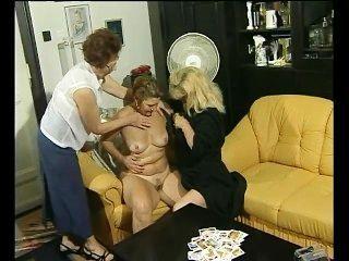 لعبة بطاقة تتحول الى بعض المرح مثليه لهذه الجدات