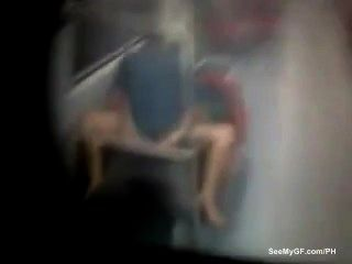 زوجان اشتعلت الذين يمارسون الجنس تحت الأرض