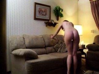 كايتلين يتشر a.k.a piddleass استمناء على أريكة لها