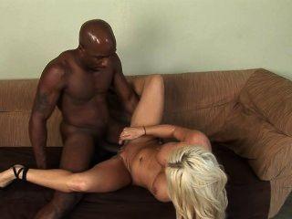 امرأة بيضاء شقراء مع رجل أسود