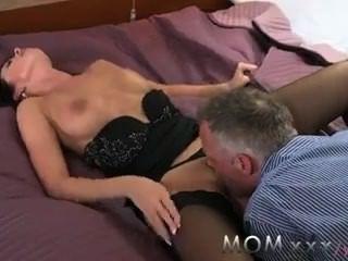 الجنس عاطفي أمي امرأة سمراء قرنية يحب اتساخ