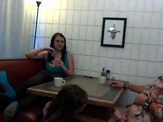 footjob في سن المراهقة واللسان تحت الطاولة