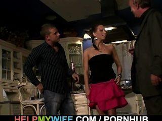 cuckolding مفاجأة للزوجة شابة