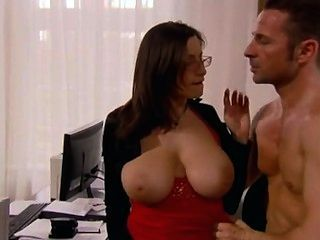وزير مع ضخمة الثدي مارس الجنس في المكتب
