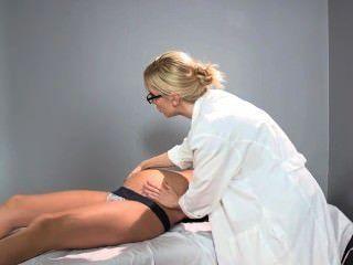 سادي هولمز الطبيب حاملا يساعد المريض لها للوصول إلى هزة الجماع