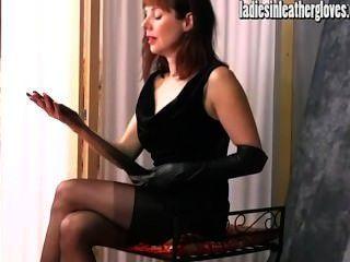 الجبهة الفاخرة الساخنة يحصل الجنسية بعد وضع عليها ضيقة قفازات جلدية سوداء