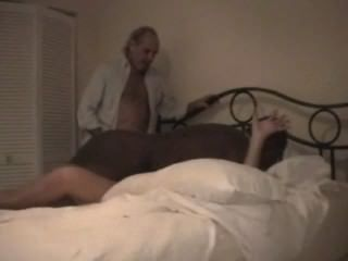 الديوثون زوجة مارس الجنس من الصعب من قبل الثور الأسود