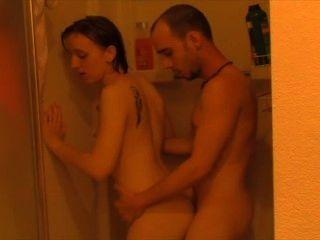 مارس الجنس من الحمام إلى غرفة النوم.