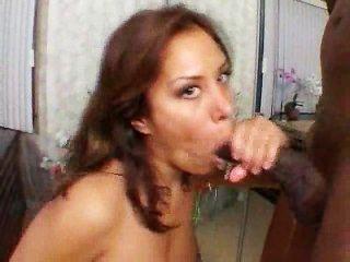 هذا هو السبب في أنها تحب الديوك سوداء كبيرة!