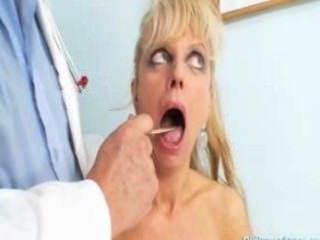 امرأة ناضجة anezka القادمة للحصول على بوسها ناضجة فحص