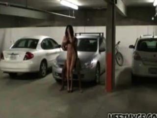 الملاعين زوجين حقيقي في موقف للسيارات