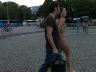 هوتي الأوروبي عارية تماما، حافي القدمين، وملزمة في الشوارع