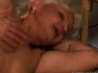 الجدة مارس الجنس في غرفة الانتظار