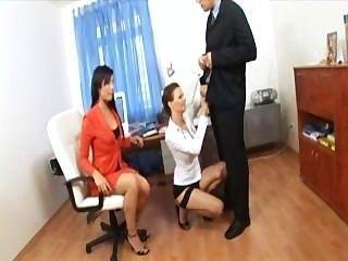 وزير الثلاثي مع اثنين من طلب كود التفعيل في ملابس داخلية مثيرة والكعب