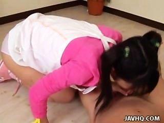 اثنين من لطيف المراهقين اليابانية innoncent اللعب مع صياح الديك