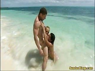 فاتنة بريق الشاطئ الجنس وcumswap