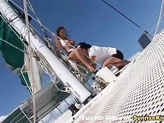 بيكيني فاتنة مع كبير الثدي قارب الجنس