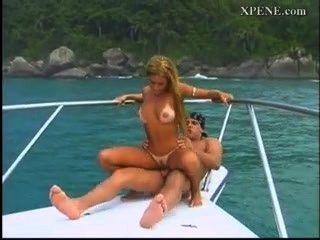 لاتينا الداعر الصعب في قارب