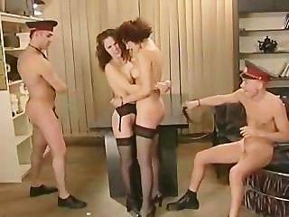 الجنس الجماعي في مركز الشرطة