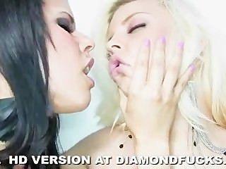 كيتي الماس والعنبر بريتني على خلفية بيضاء