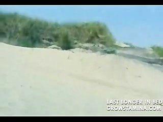 شقراء عارية مارس الجنس على الشاطئ