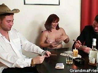 خسرت في لعبة البوكر ويحصل مارس الجنس من قبل اثنين من اللاعبين