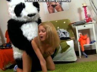 عارية فتاة في سن المراهقة يريد حزام على ممارسة الجنس مع الدب