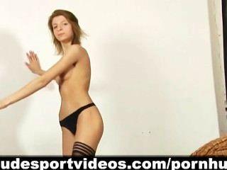 فتاة الساخنة طويل الساقين ولها الجمباز والرقص عارية