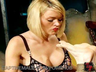 dominatrix تربط لها أعرج الرقيق
