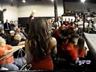 ياسمين الحادي والعشرين.كلير أخذ على جورجيوس جورج في حمالة صدر وسراويل مباراة WWE