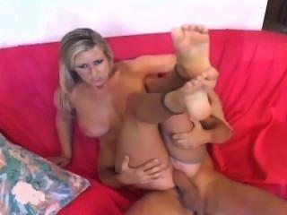 شقراء مع كبير الثدي سخيف وإعطاء footjob في النايلون CROTCHLESS عارية