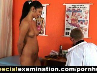 خجولة امرأة سمراء في سن المراهقة فتاة يحصل امتحان gyno