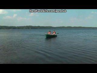 مارس الجنس شقراء من الصعب في قارب في البحيرة ثلاثة رجال