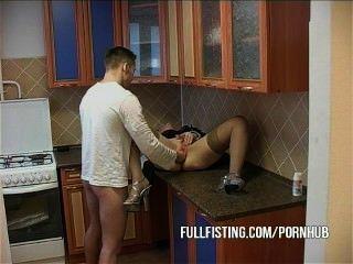 يحصل البلاد بقبضة الكلبة الساخنة والحمار مارس الجنس في المطبخ