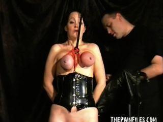 المتطرفة الفتيات الرقيق ناضجة مقنعين عبودية الثدي والحلقة التعذيب حلمة الثدي
