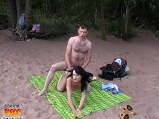 تحصل مارس الجنس الجمال الروسية على الشاطئ