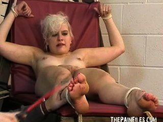 صنم القدم والمتطرفة عبودية ضرب بالعصا سفح اصبع القدم للتعذيب شقراء مثير