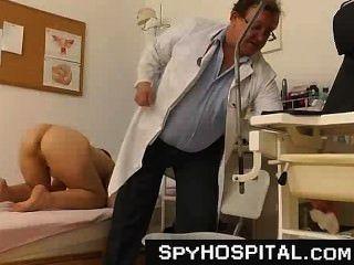 يبلغ الطبيب المتلصص قذرة مع كاميرا خفية