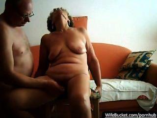 زوجان الحقيقي بممارسة الجنس على أريكة من البرتقال